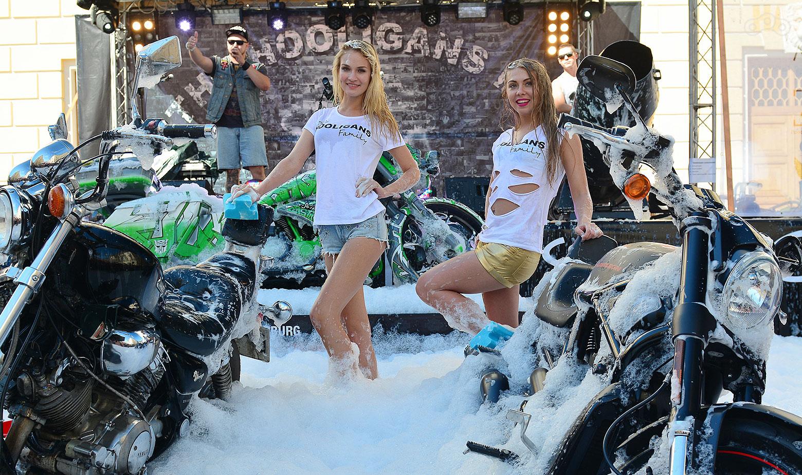Картинки девушки моют мотоциклы — pic 15
