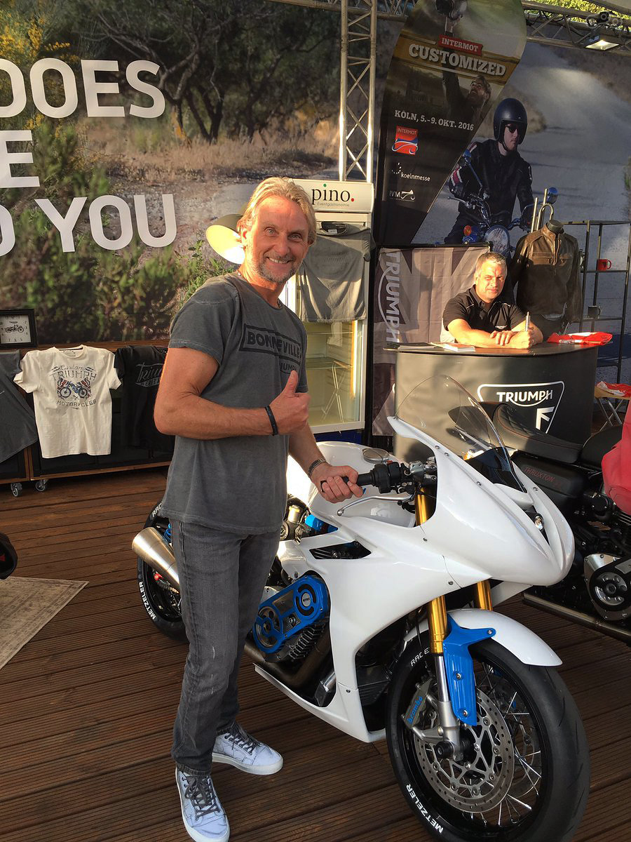 Четырехкратный чемпион World Superbike Карл Фогерти занял первое место на гонках Essanza