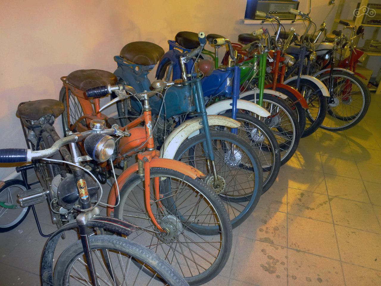 Большую часть коллекции Музея Мопедов Владимира Гордеева (Мячина) составляют советские мопеды и ретро-скутеры.