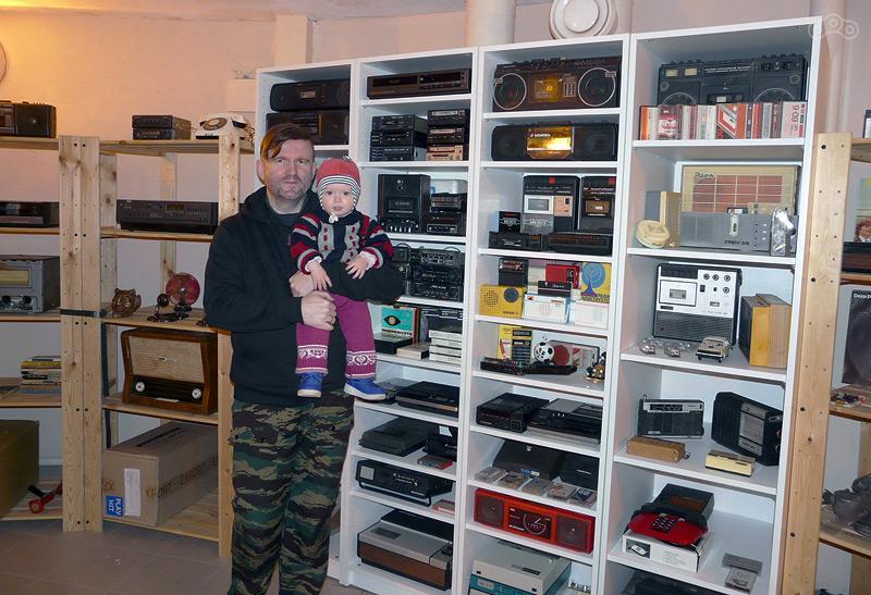 Владимир Гордеев - основатель Музея Мопедов, с дочкой.