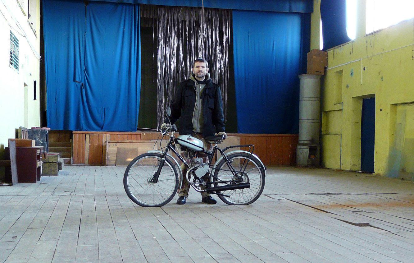Владимир Гордеев в старом помещении Музея Мопедов.