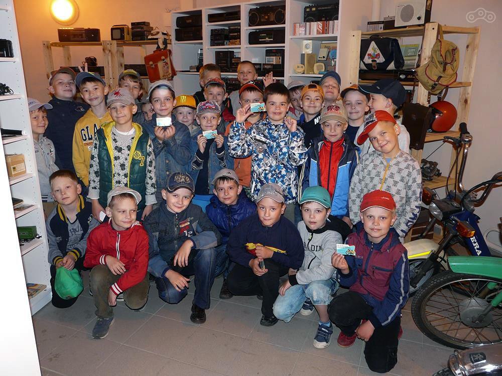 Дети из летнего лагеря на экскурсии в Музее Мопедов Владимира Гордеева.