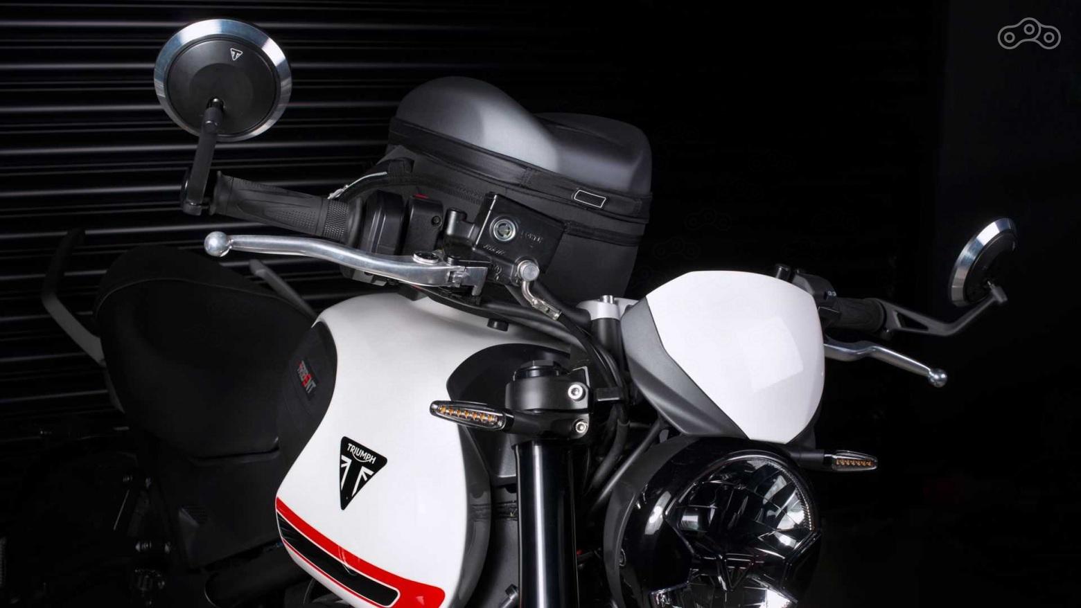 Triumph Trident 660 с сумкой на баке, с зеркалами в торцах руля и с небольшим ветровиком