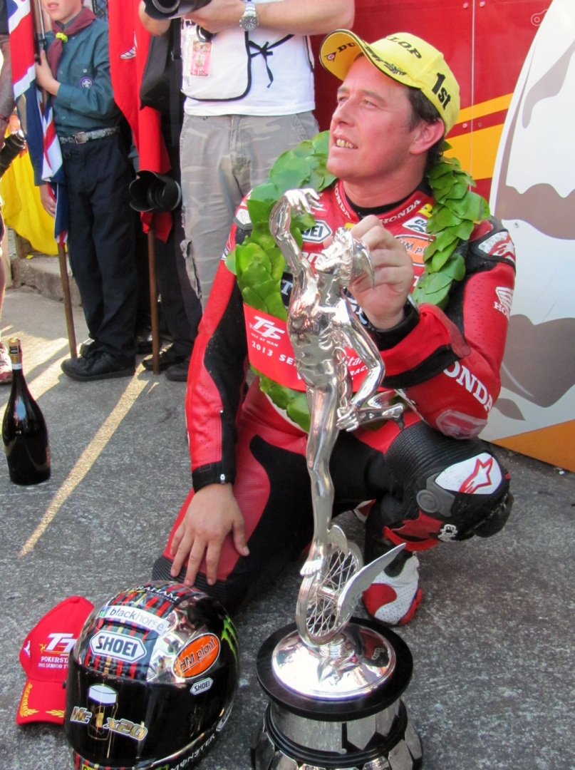Королева наградила героя Isle of Man TT