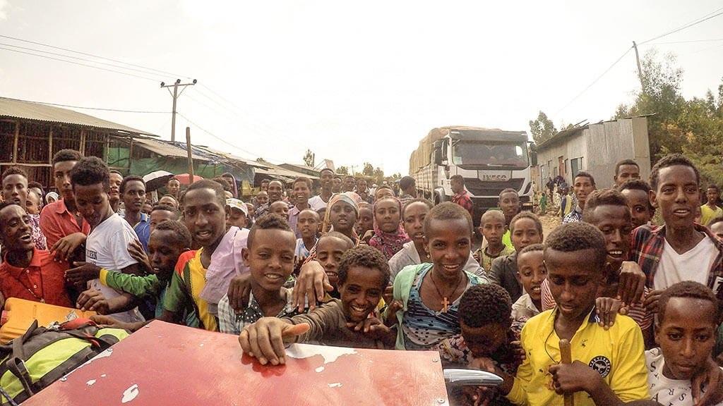 Участники религиозного фестиваля в Эфиопии помогли загрузить скутер со сломанным вариатором в полицейский грузовик