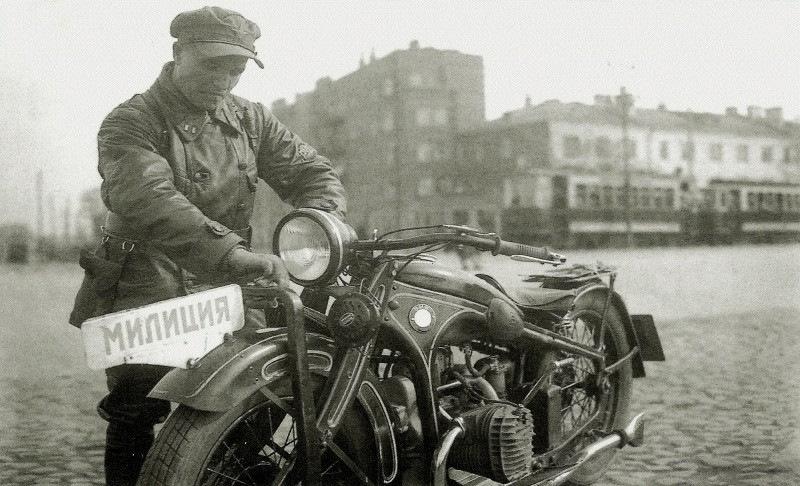 Одно из первых фото милицейского BMW датируется 1933 годом. Звездный час мотоцикла на гражданской службе настал значительно позже.