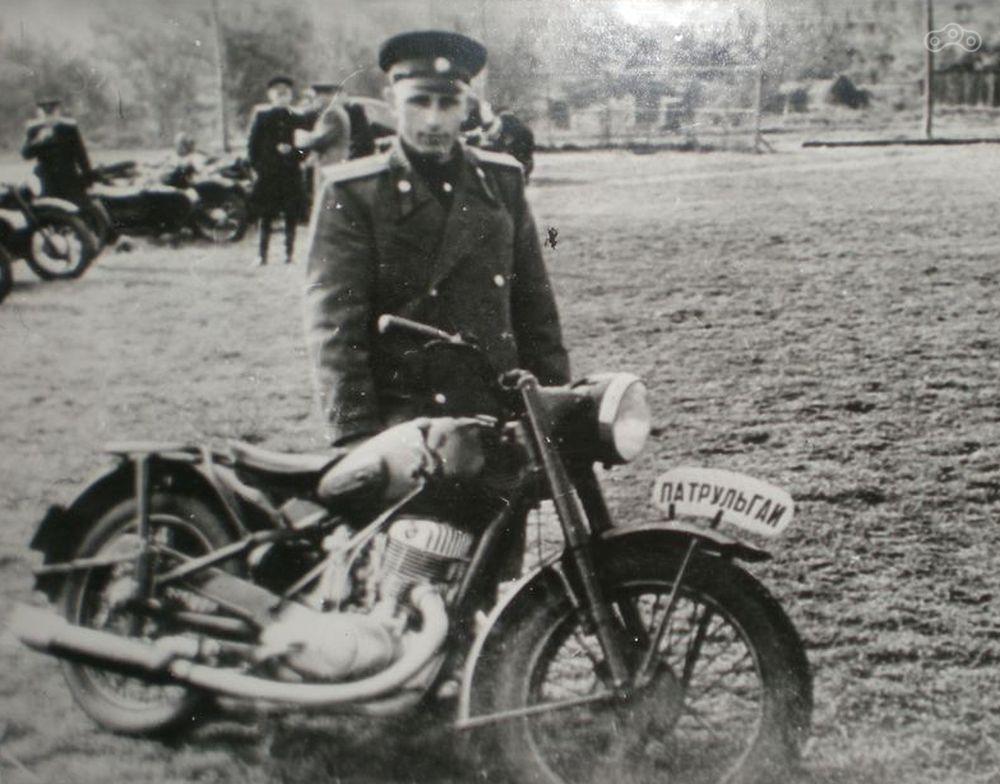 На фото мотоцикл ИЖ-49 со ставшим ненужным креплением переднего номерного знака, на котором закреплена табличка.
