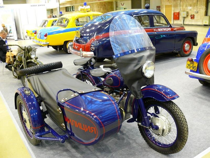 ФОТО 3  Окраска, сочетающая основной синий и дополнительный красный была введена в обиход лишь в конце 1953 года, хотя и после на службе встречались «цветастые» мотоциклы.