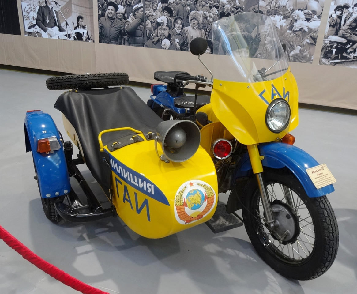 Самая известная схема окраски «милицейского» мотоцикла и самый популярный милицейский «Урал».