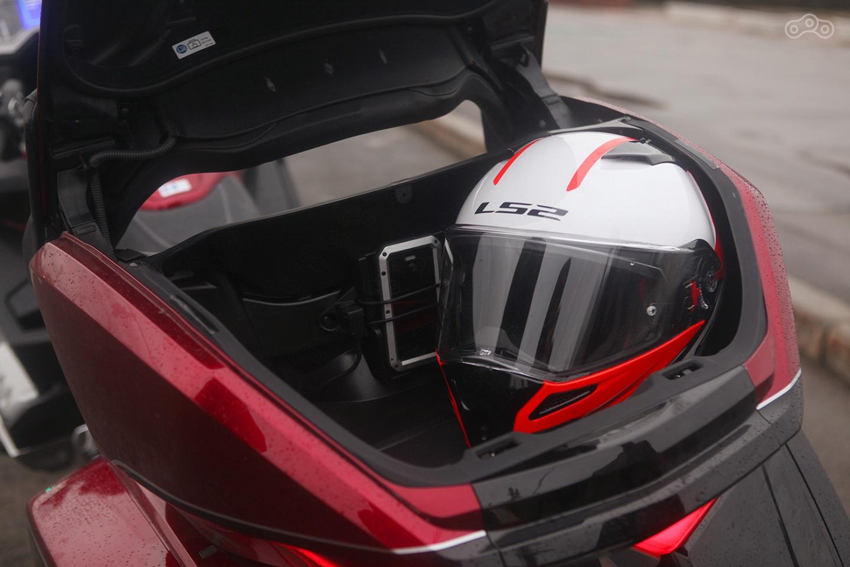 В центральный кофр влезает два шлема. А вот отсутствие минимальной отделки внутренностей на мотоцикле за 2,4 миллиона огорчает.