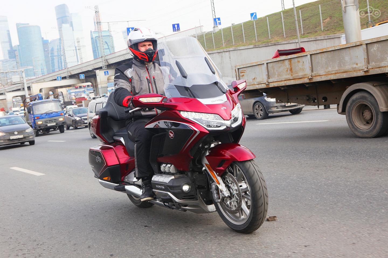 Со стороны шлем выглядит ярко и нарядно